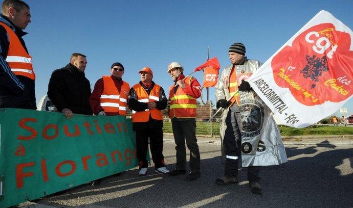 Dělníci před hutí ve Florange
