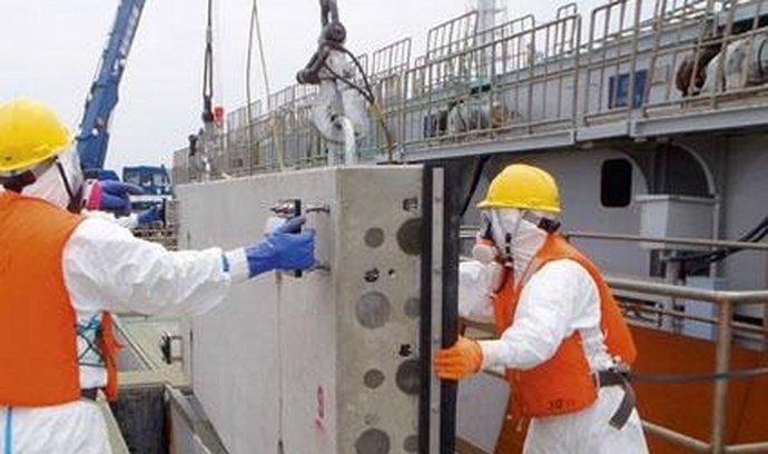 Dělníci ve Fukušimě instalují do moře betonové panely, které mají zabránit šíření radioaktivity v oceánu
