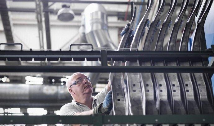 Dělník v továrně
