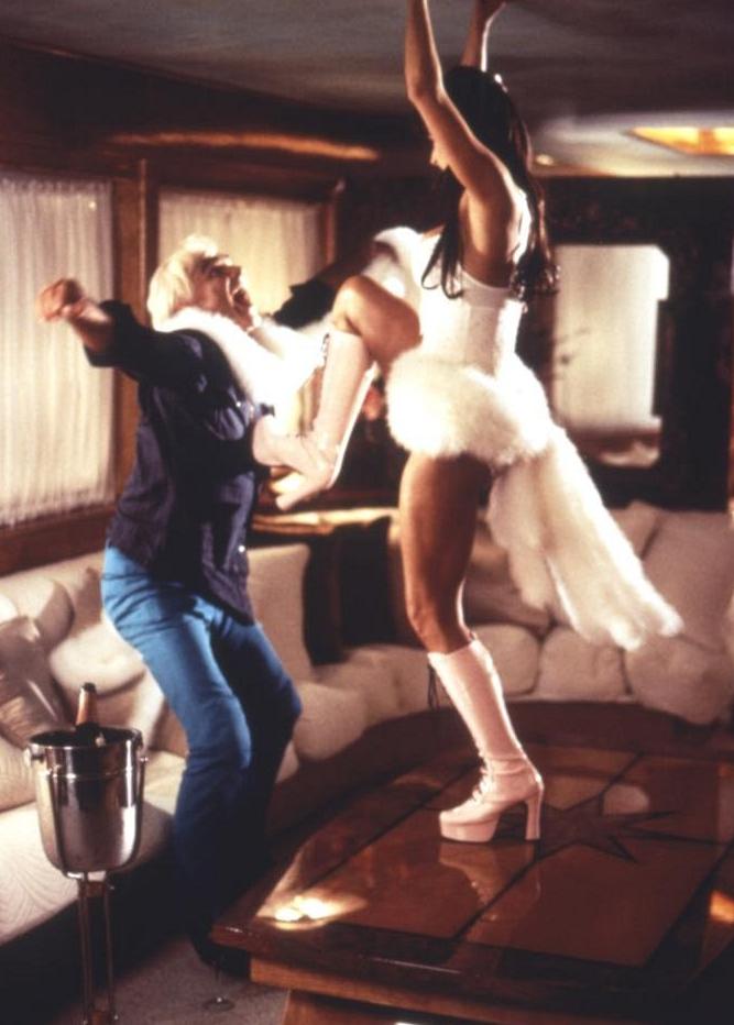 Tenhle film má prostě všechno - FBI, zkorumpovaného politika, násilnického kriminálníka exmanžela, policejní akci v utajení a hlavně prakticky nahou atraktivní ženu, která se ke všemu svůdně vlní a tancuje.