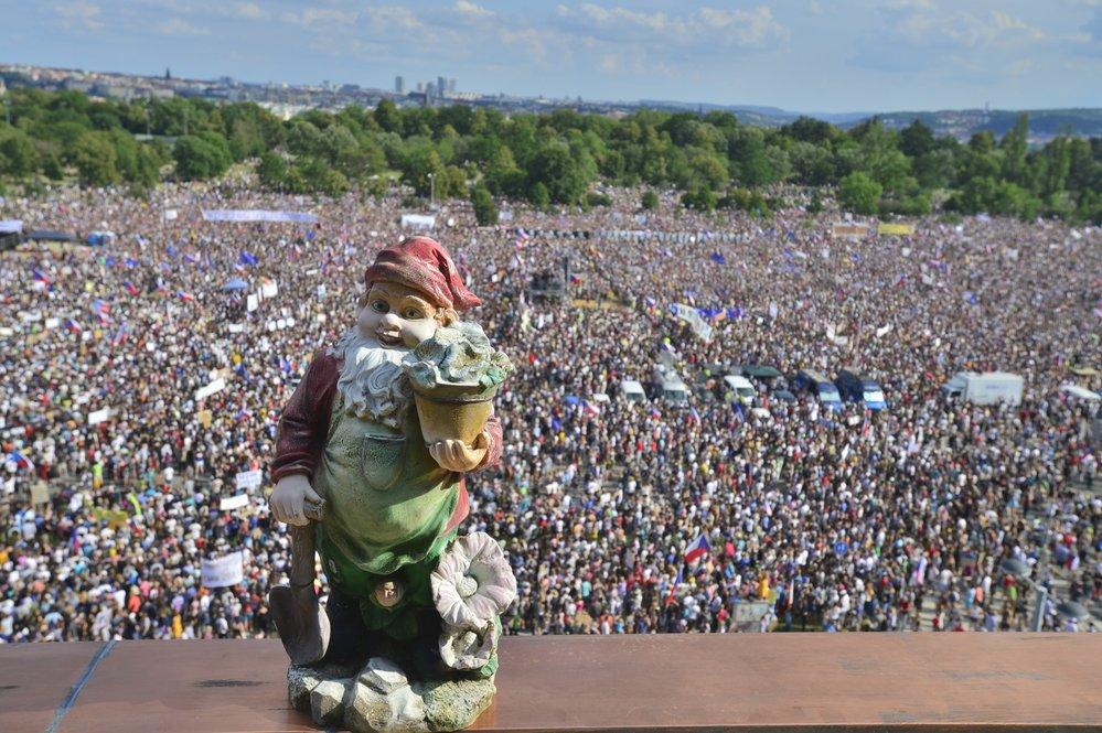 Čtvrt milionu lidí na Letné. Obří demonstrace proti Andreji Babišovi zaplnila celou pláň