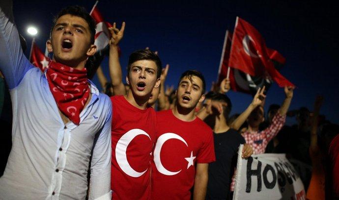 Demonstrace na podporu tureckých vojáků ve střetech s kurdskými povstalci