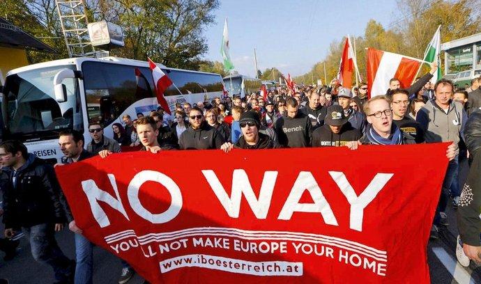 Demonstrace na slovinsko-rakouské hranici proti uprchlíkům