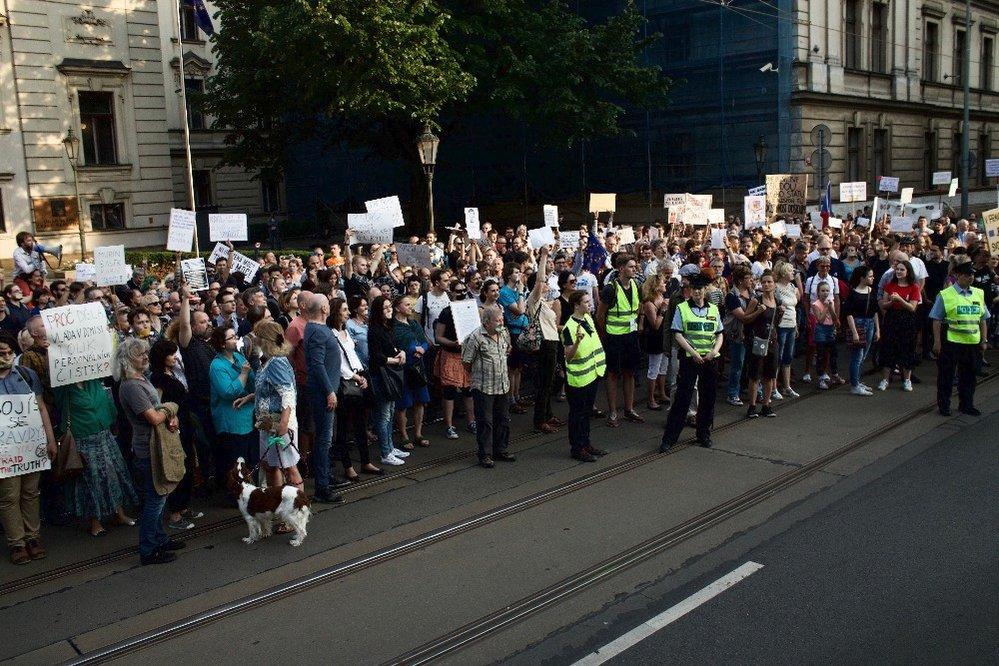 Němá demonstrace proti Andreji Babišovi v Praze 22. 5. 2018