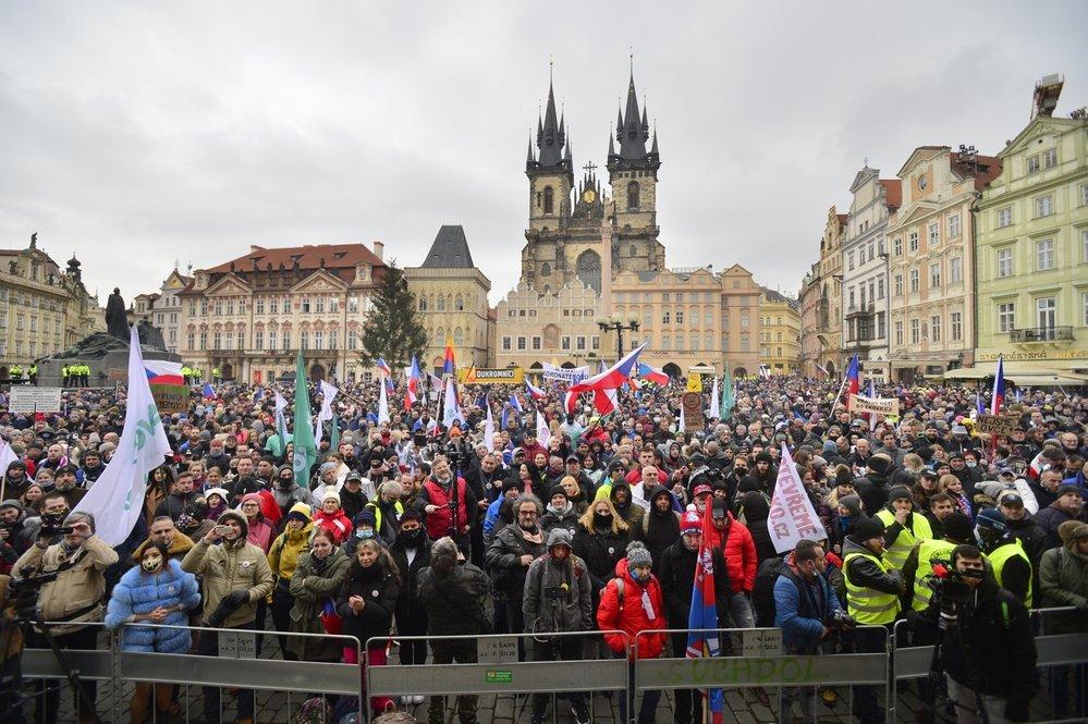 Demonstrace za svobodu a zodpovědnost: Před dvěma tisícovkami lidí na Staroměstském náměstí vystoupili Klaus i Landa