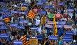 """Demonstrace v Barceloně, která měla symbolizovat jednotu Španělska proti terorismu, se zúčasnily tisíce lidí. Ústředním sloganem bylo """"Nebojíme se""""."""