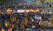 Demonstrace v Barceloně, která měla symbolizovat jednotu Španělska proti terorismu, se zúčasnily tisíce lidí. Jednotu, kterou mělo shromáždění vyjádřit, ale narušovaly vlajky Katalánka, nikoliv celého Španělska.