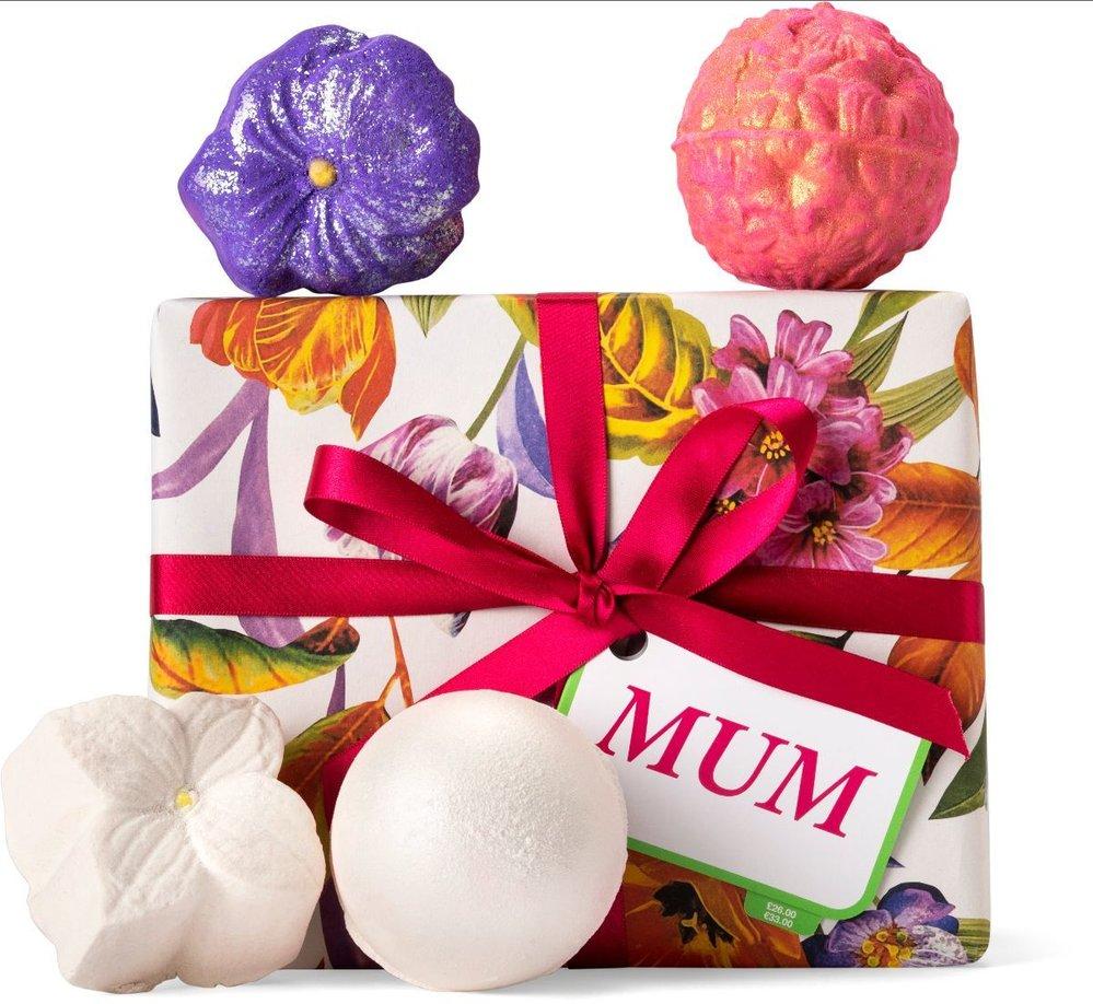 Dárkový box Mum se čtyřmi florálními bombami do koupele pro zasloužené hýčkání, Lush, 800 Kč