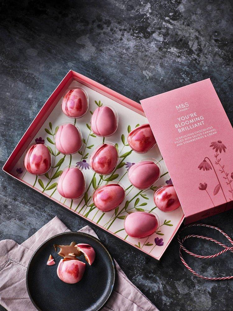 Čokoladové tulipány plněné slaným karamelem a jahodami se smetanou (12 ks), Marks & Spencer, 199,90 Kč