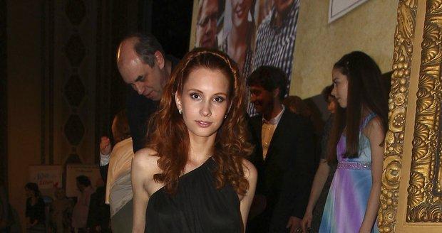 Denisa Nesvačilová se na premiéru oblékla do odvážných šatů.