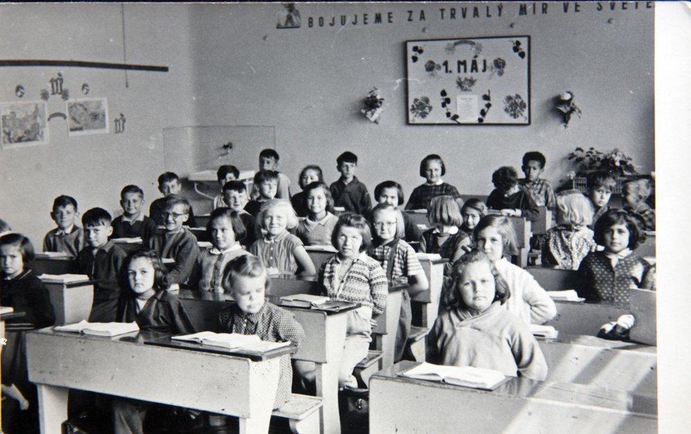 """""""Bojujeme za trvalý mír ve světě."""" Robert Bešta přímo pod nápisem jako devítiletý na plzeňské základní škole v roce 1955."""
