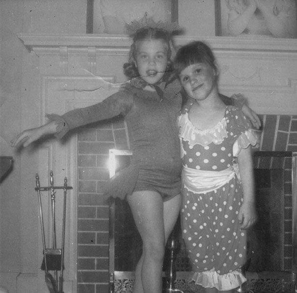 Dívka a matka díky photoshopu prožily společné dětsví