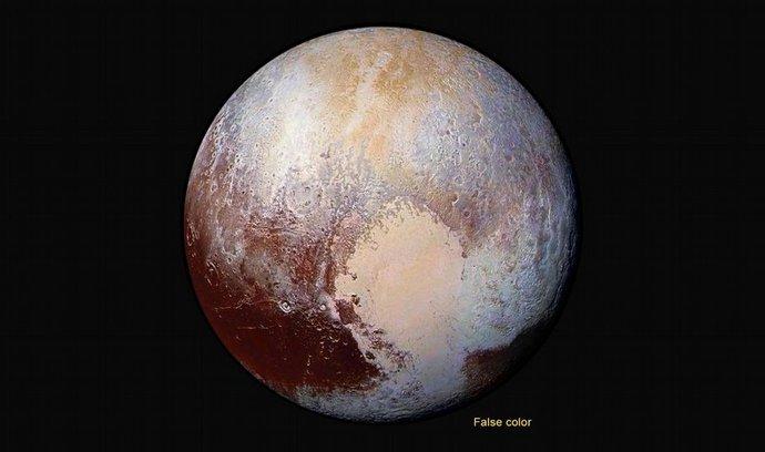 dobarvené Pluto. Vědci použili zesílené snímání barev, aby odhalili rozdíly v kompozici a texturách na povrchu Pluta.