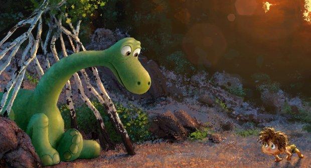Hodný dinosaurus si v prvním traileru pěkně užívá