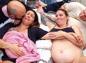 Dojemnější fotku jste neviděli! Náhradní matka doma porodila syna nové rodině