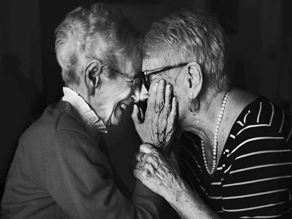 """""""Samozřejmě bych byla raději krásná než ošklivá, ale zabývat se krásou by byl hřích. Nejdůležitější byla vždy rodina. Teď mám to štěstí, že si mě dcera před dvaceti lety vzala k sobě a stále jsem u ní. Rodina je to, na čem záleží.""""  Iabelle Gagnon (vlevo) s dcerou, 103 let, Clermont, 206"""