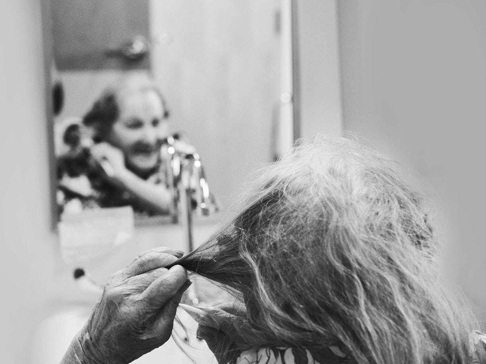 """""""Nemám smysl pro krásu nebo umění. Pocházím z chudého prostředí a utrácení za zbytečnosti nepřicházelo v úvahu. Vždy jsem ale věnovala zvláštní pozornost svým vlasům.""""  Alida Provost,101 let, Granby, 2016"""