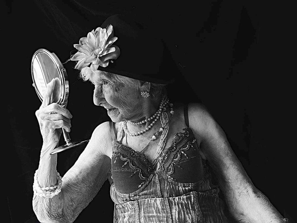 """""""Můj otec byl malíř a já po něm zdědila lásku k umění. Myslím, že veškeré umění je krásné. Na člověku je důležitý charakter, postava a oči. Já ale lituji toho, že nemám vzdělání. Radím všem mladým ženám, aby se vzdělávaly nehledě na okolnosti."""" Marie-Berthe Paquette, 102 let, Montreal, 2016"""