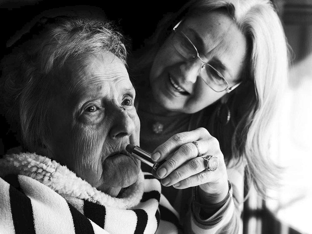 """Lise Provost o své matce Lauře Saucier, která zemřela v roce 2016. """"Byla velmi stylová a soutěživá žena. Milovala mého otce a dělala si starosti, že pro něj není dost dobrá. Vždy nosila podpatky, rtěnku, náušnice, používala parfémy. Uléhala s látkou ovázanou kolem hlavy. Doufala, že se jí tak pozvedne brada a tváře."""""""