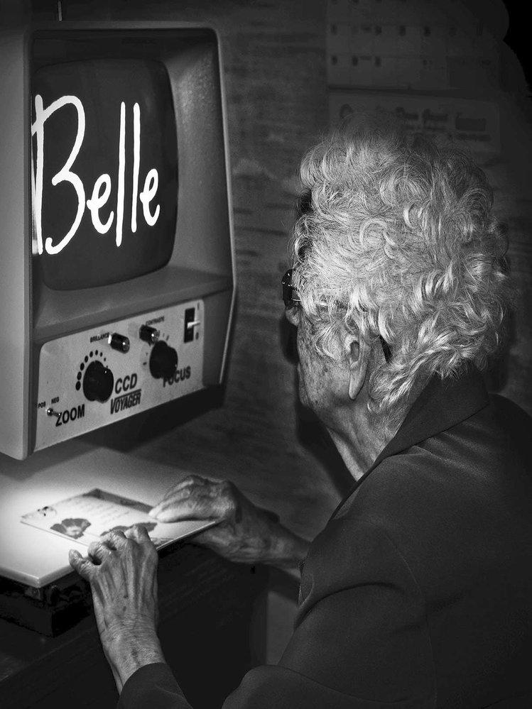 """""""Rozhodně jsem ošklivá, krása se s věkem vytrácí. Uši a nos se zvětšují, chůze se mění, záda se křiví. Někteří jsou na tom hůř, ale rozhodně nejsem krásná. Přesto si užívám života a hledím do budoucnosti, i když už je jen krátká."""" Jeannette Ballard, 100 let, Granby, 2016"""