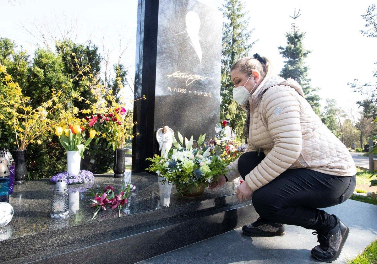 23. 4. 2021, 16:20 h, Praha-Malvazinky: Dominika Gottová u hrobu otce Karla Gotta před návratem do Finska