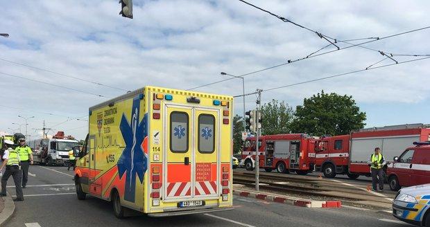 Na Černokostelecké došlo k hromadné nehodě, řidiče museli resuscitovat.