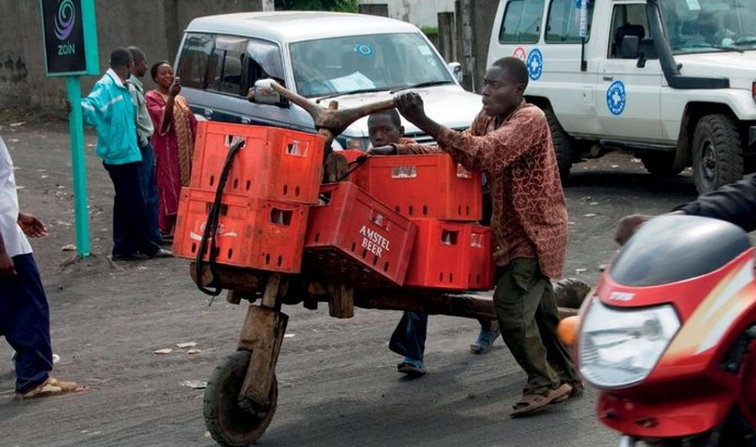Doprava piva v Kongu je na jeho ceně znát