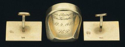 Pistole se prodává i s Göringovým zlatým prstenem a zlatými manžetovými knoflíky.
