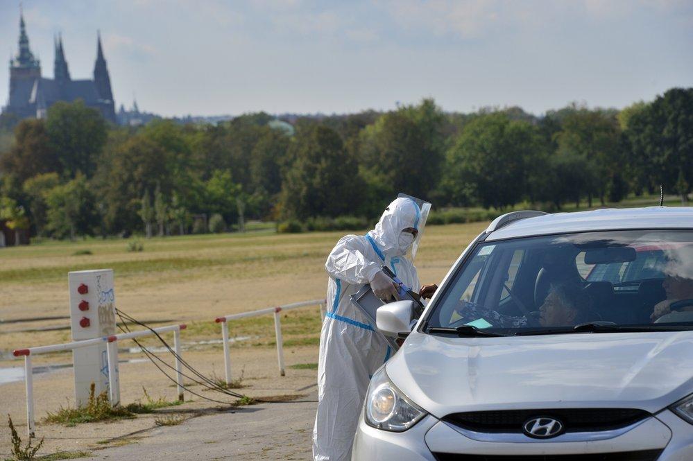 Drive-in volby v Praze: Z karantény přijelo v autě volit pár stovek lidí