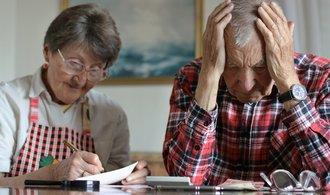 Vyšší důchody ženou seniory do exekucí. Srážek z penzí je méně, ale předlužených neubylo