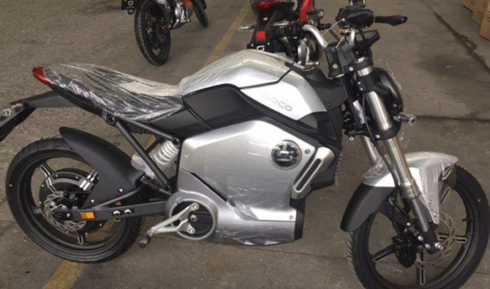 Společnosti Motoscoot a Velor-X-Trike podnikatele Pavla Brídy ve spolupráci s čínskou firmou Soco (Wuxi) uvádějí na trh elektrický motocykl Duck 1200R (na snímku z 9. dubna). Motocykl s motorem Bosch o maximálním výkonu 1950 wattů je určen hlavně mladým lidem.