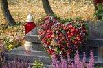 Chystáte se navštívit hřbitov, abyste zavzpomínali na své zesnulé blízké? Dušičkovou výzdobu tentokrát nekupujte, raději ji vyrobte doma. Nevkusné pestré umělé květy nahraďte přírodními materiály. Nápady na dekorace na hrob najdete v naší galerii.