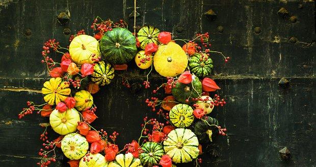 Drobné dýně určitě využijete při výrobě podzimního věnce na dveře. Kombinace s mochyní, šípky a barevně sladěnými přírodninami dýním mimořádně sluší.