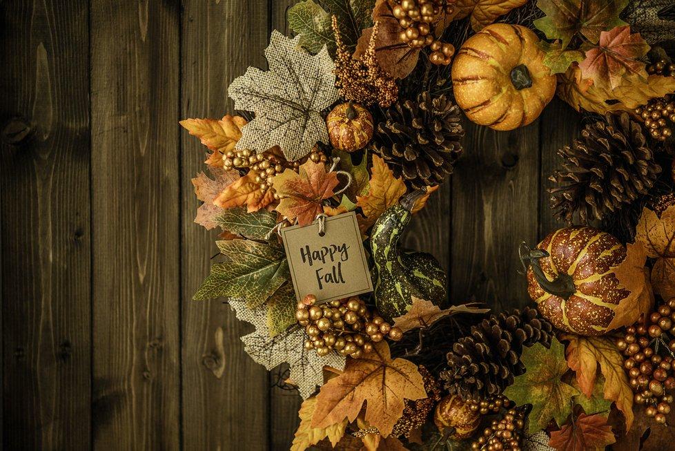 Při výrobě podzimního věnce nezapomeňte na dýně.