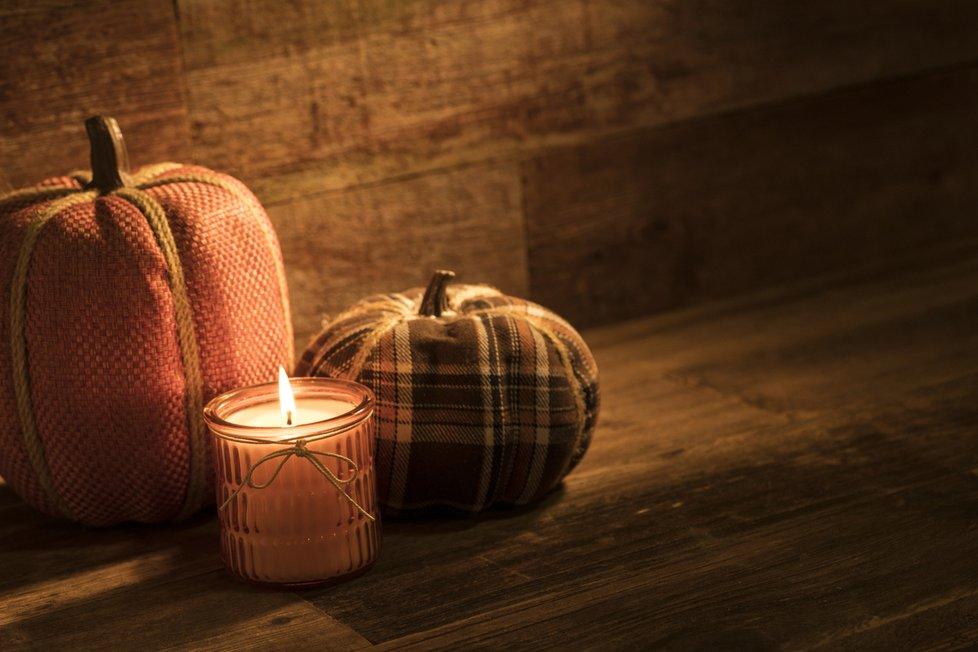 Dýňové dekorace vytvoříte i ze starých textilií, které doma už nevyužijete.