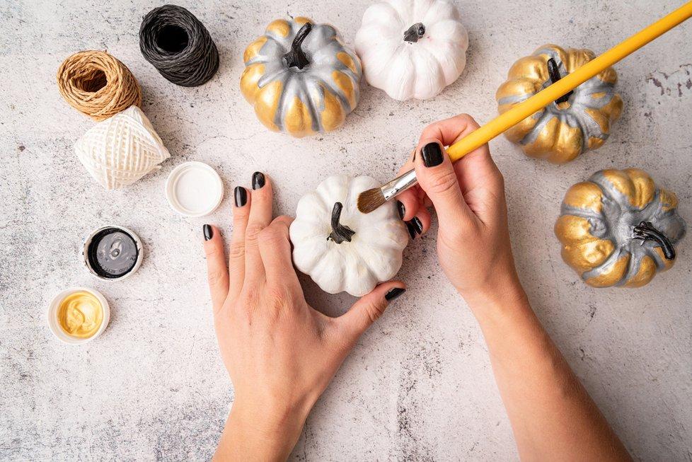 Dýně může sloužit i jako malířské plátno.Velmi jim sluší metalické odstíny zlaté, které dodají zdánlivě obyčejným dýním punc luxusu. Teplé odstíny žluté se navíc hodí k podzimu.