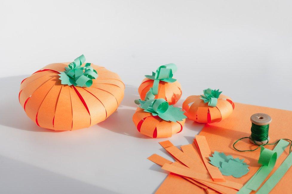 Dýňové dekorace můžou být z nejrůznějších materiálů. Co vyzkoušet s dětmi papírové z barevných papírů.