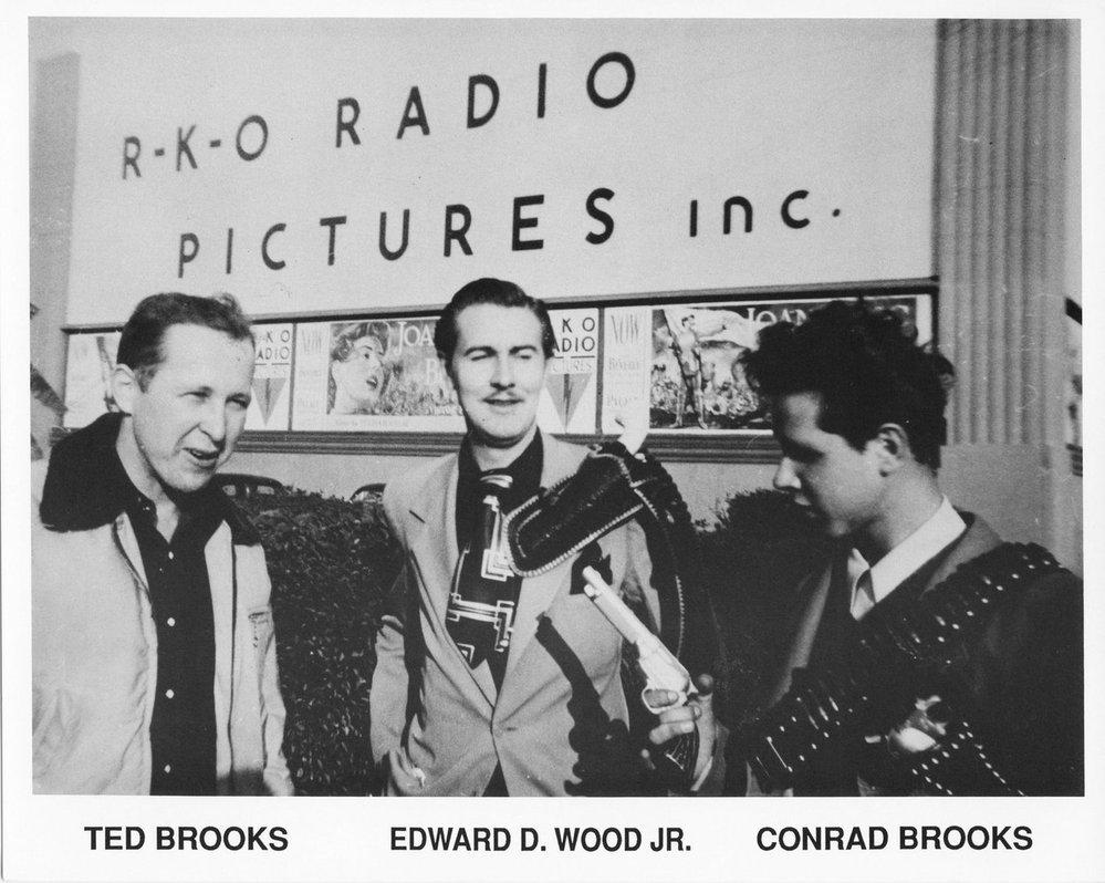 Ed Wood uprostřed.