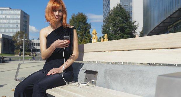 Elektrické posezení CapaSitty nabízí wifi a nabití počesku