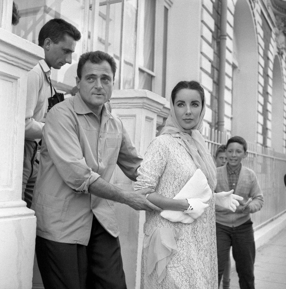 1957 - S manželem Michaelem Toddem na festivalu v Cannes