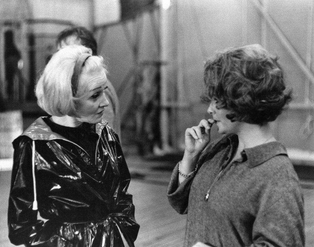 Káravý pohled Marlene Dietrich. Na place filmu Kdo se bojí Virginie Woolfové.