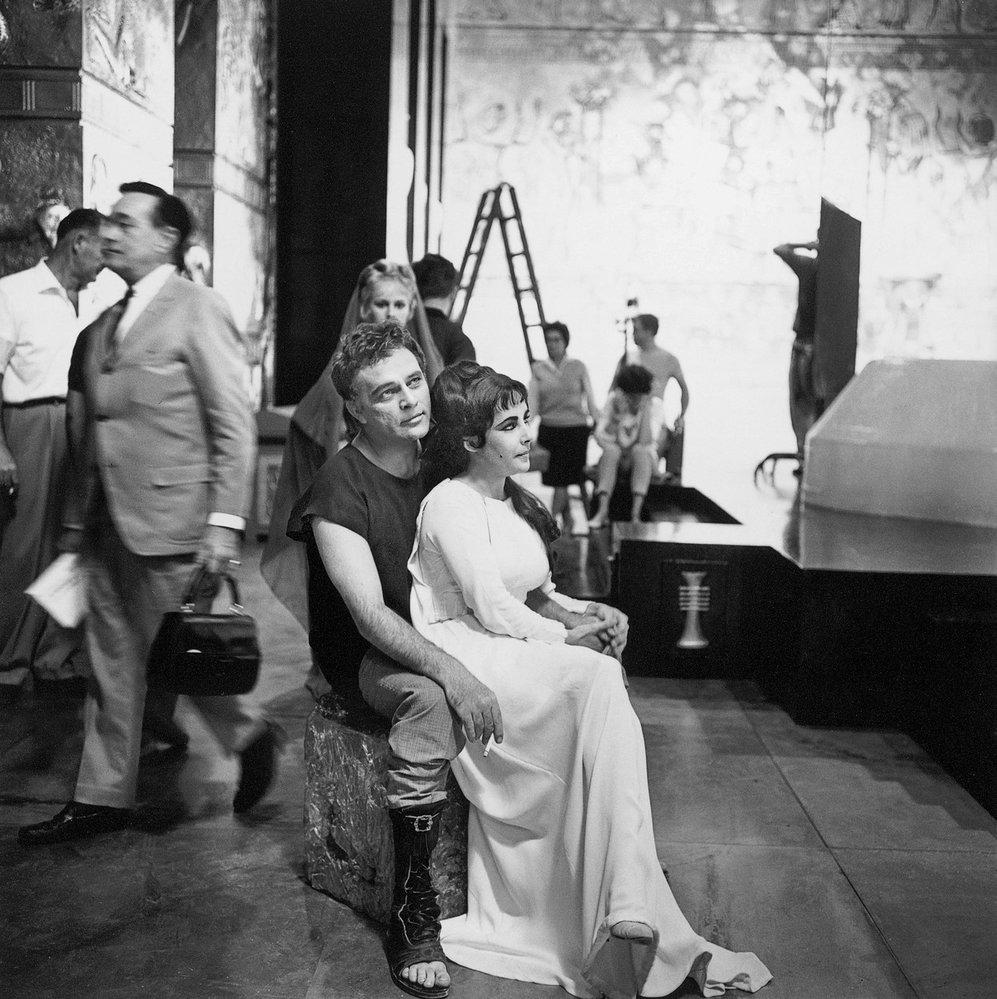 Momentka z natáčení filmu Cleopatra. S Richardem Burtonem vypadají jak milenci.