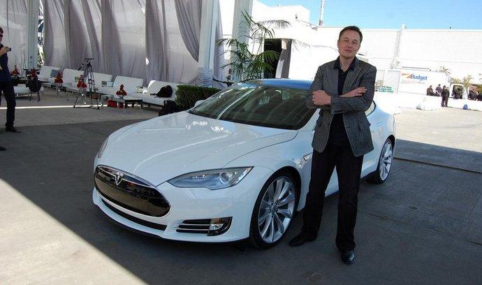 Elon Musk a Tesla Model S