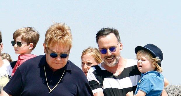 Elton John vzal rodinku na dovolenou.