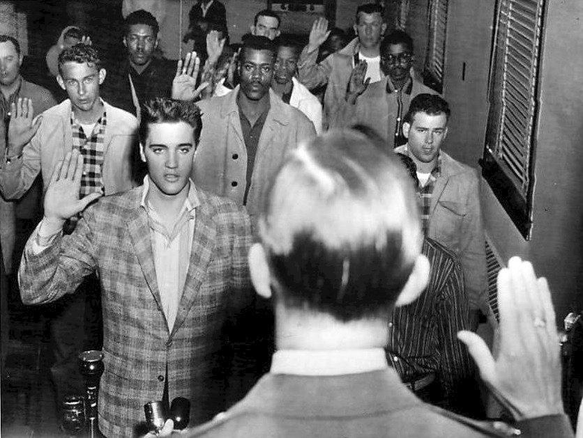 Arkansas, 1958: Elvis Presley skládá vojenskou přísahu
