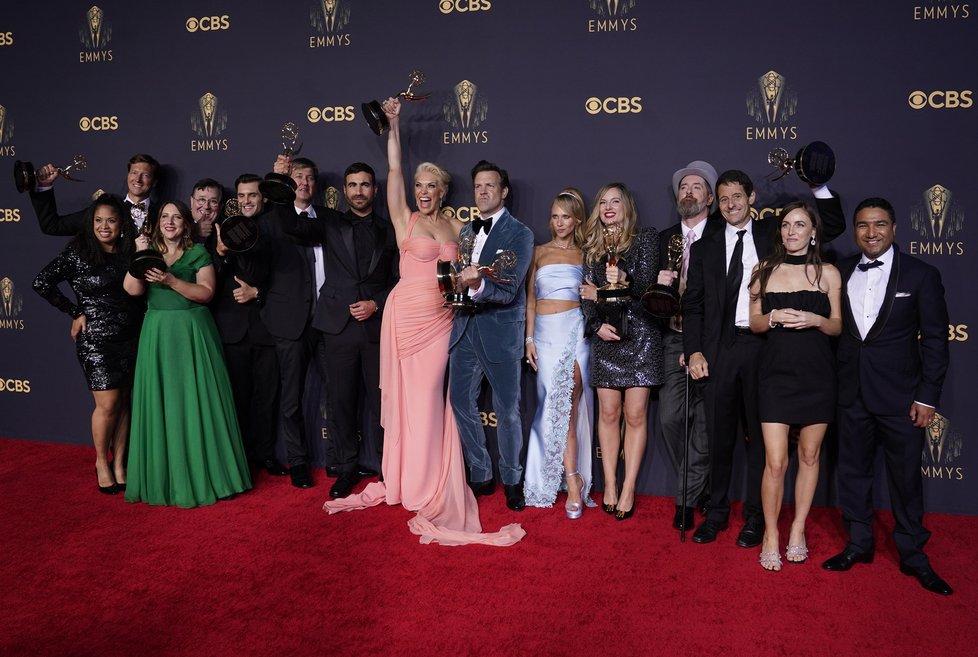 Udílení cen Emmy se uskutečnilo po covidové pauze: Parta herců ze seriálu Ted Lasso (19.9.2021).