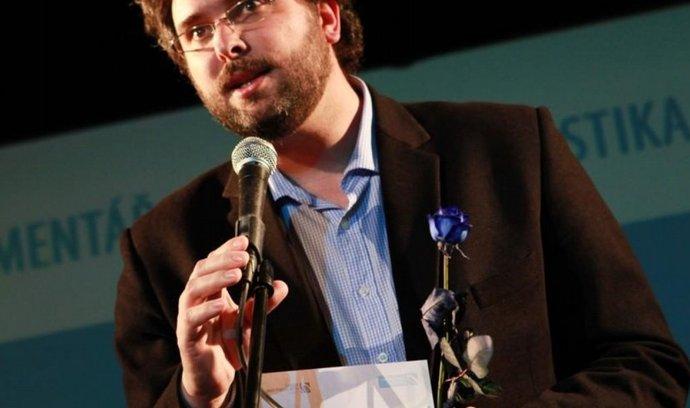 Erik Tabery přebírá Novinářskou cenu 2011