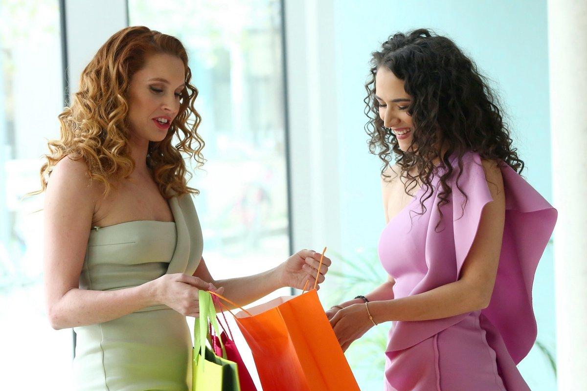 Eva Burešová a Denisa Nesvačilová na nákupech.