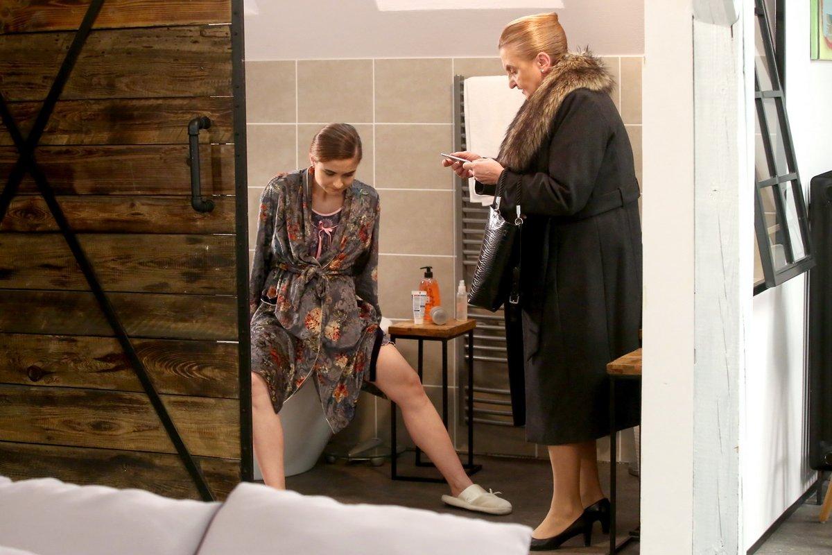 A je to tady! Eva Holubová coby asistentka Hana volá Denise sanitku.