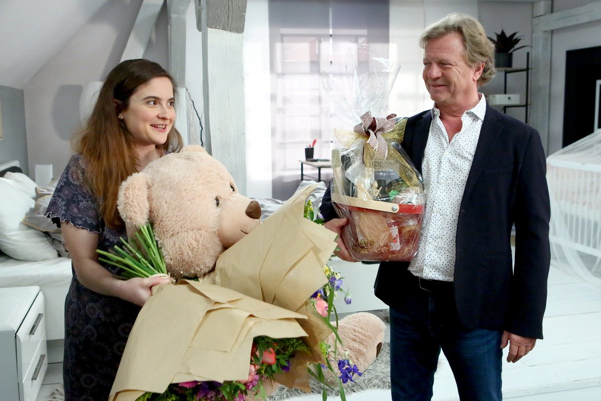 Maroš Kramár s květinami a dobrotami, které Eva dostala.